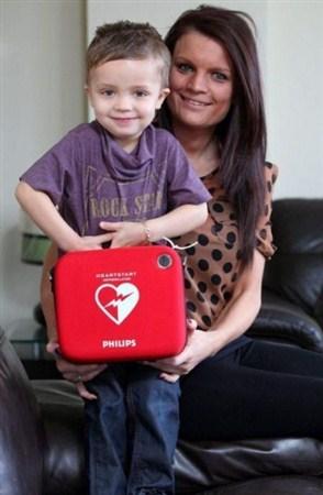 پسری که سالی ۵ بار میمیرد!! + عکس قلب «آرون» ۳ ساله معمولا در هر حمله ۷ دقیقه از کار میافتد و در این مدت اعضای خانواده وی که همگی برای کار با دستگاه شوک الکترونیکی آموزش دیدند وی را کمک میکنند. بیماری او که «سندرم مرگ ناگهانی» است در سه ماه گذشته باعث شده است تا قلب وی ۳ مرتبه از کار بیافتد. پزشکان پیش بینی میکنند که احتمالا قلب این کودکان در هر سال ۵ بار از کار خواهد افتاد.  مادر او در این باره میگوید: او به مانند یک کودک سالم و عادی است و همیشه دوست دارد بدود و تحرک داشته باشد. با وجود اینکه پزشکان توصیه کردهاند که از دویدن او جلوگیری کنیم اما نمیتوانیم از این مسئله جلوگیری کنیم. آرون با وجود این مشکل به زندگی خود ادامه میدهد و روزها به کودکستانی در نزدیکی خانه خود میرود.